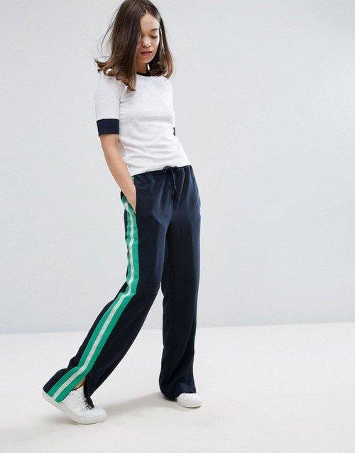 9c6bcc2943c Еще одним неординарным трендом стали модные брюки 2019-2020 с лампасами